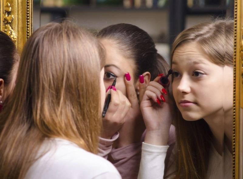 Help Your Daughter while trying Her First Makeup